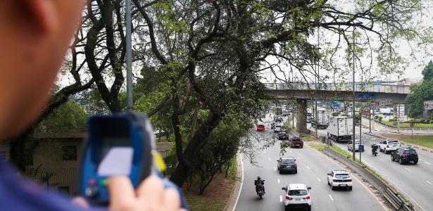 Em foto de 2015, guarda mede velocidade de motos na marginal Tietê