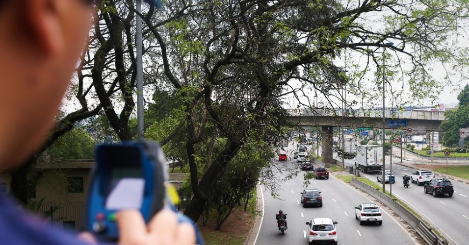 10.set.2015 - Guarda municipal mede a velocidade das motocicletas na pista local da marginal Tietê, em São Paulo. Prefeitura de São Paulo trouxe de volta os radares-pistola a fim de encontrar motociclistas que andam acima da velocidade máxima permitida nas marginais Pinheiros e Tietê