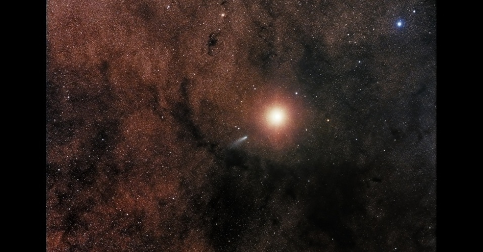18.nov.2015 - Essa imagem, tirada por Sebastian Voltmer, ganhou um prêmio especial para fotos de escopos robóticos. Mostra o encontro bem próximo entre o Cometa Siding Spring e Marte. Escopos robóticos são equipamentos sofisticados - muitas vezes, funcionam como poderosos telescópios no céu noturno de observatórios