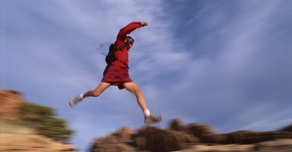 23.nov.2015 - Um corredor pula pelas rochas em Moab, Utah (EUA), onde há inúmeras trilhas. Correr por elas pode ajudar os atletas a melhorarem seu equilíbrio e ritmo, além satisfazer o desejo de aventura
