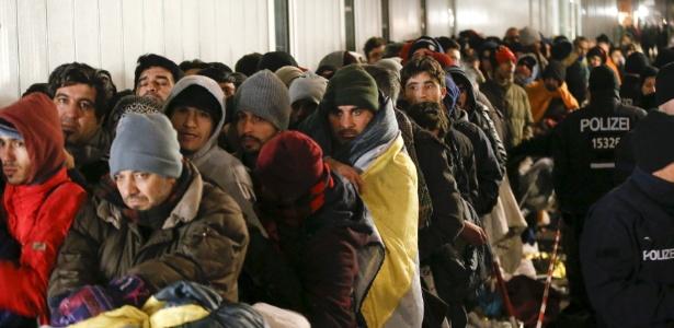 9.dez.2015 - Refugiados fazem fila para cadastramento em campo de triagem em Berlim