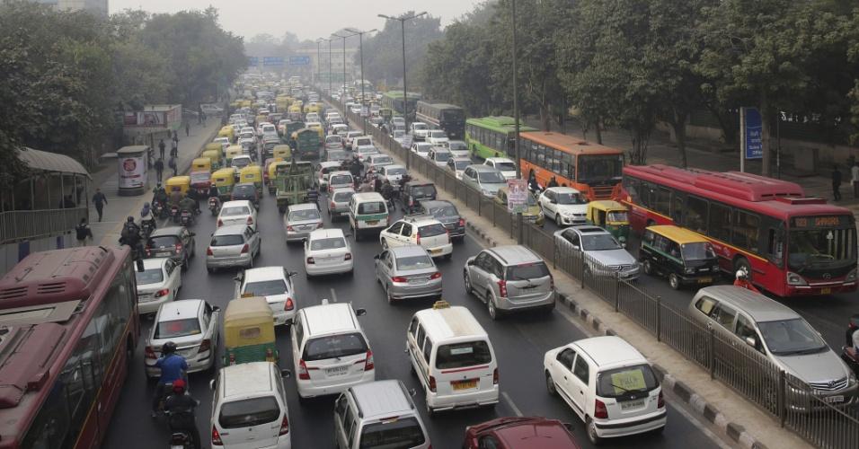 4.jan.2016 - Congestionamentos seguem em Nova Déli, na Índia, no quarto dia após a entrada em vigor de nova lei de rodízio de veículos na cidade. Desde o primeiro dia do ano, os carros só podem circular em dias alternados, de acordo com o final da placa par ou ímpar