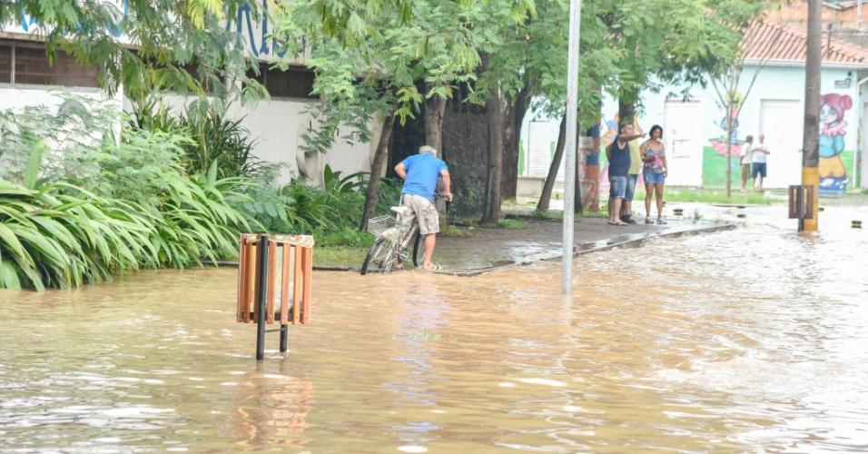 13.jan.2016 - As chuvas que atingem a região de Piracicaba, no interior de São Paulo, desde o final de semana, provocaram o transbordamento do rio Piracicaba. O rio chegou a marca de 5,82m e continua subindo