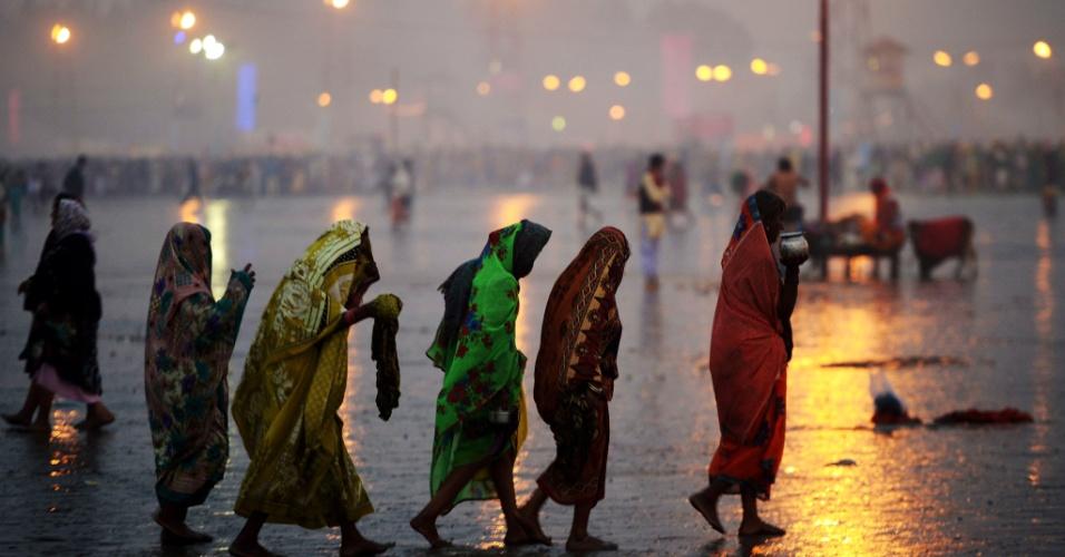 14.jan.2016 - Devotas hindu chegam para tomar banho santo e realizar rituais na ilha de Gangasagar, cerca de 150 km ao sul de Calcutá. Mais de 500.000 peregrinos e sadhus - homens santos - se reúnem na foz do rio Ganges na baía de Bengala durante o festival Gangasagar Mela por ocasião do Makar Sankranti, um dos dias santos do calendário hindu