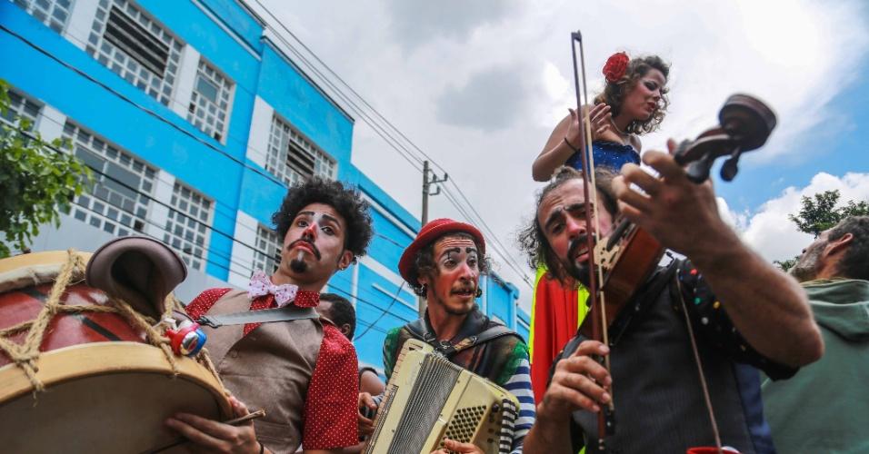 25.jan.2016 - Um grupo de artistas se apresenta na rua Rui Barbosa, no bairro Bela Vista, na região central de São Paulo, como parte das comemorações aniversário de 462 anos da cidade