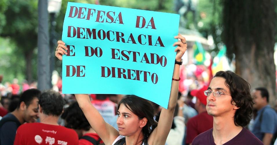 """18.mar.2016 - Em concentração na praça 15, no centro do Rio de Janeiro, uma jovem segura um cartaz escrito """"Defesa da democracia e do Estado de direito? durante ato a favor da democracia e contra o impeachment da presidente Dilma Rousseff"""