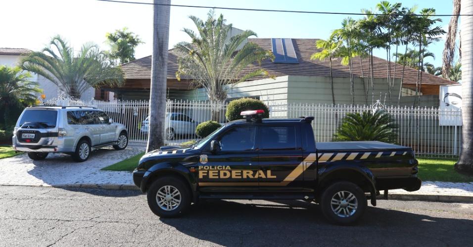 """12.abr.2016 - Viatura da Polícia Federal em frente à residência do ex-senador Gim Argello (PTB), que foi preso na Operação """"Vitória de Pirro"""", 28ª fase da Lava Jato, no Lago Sul, em Brasília. A operação cumpre 21 mandatos judiciais. A força-tarefa da Lava Jato afirmou que 'foram colhidas evidências' de que Argello recebeu propina de R$ 5,35 milhões das empreiteiras UTC e OAS. Ele foi um dos principais articuladores da base governista no primeiro mandato da presidente Dilma Rousseff (PT)"""