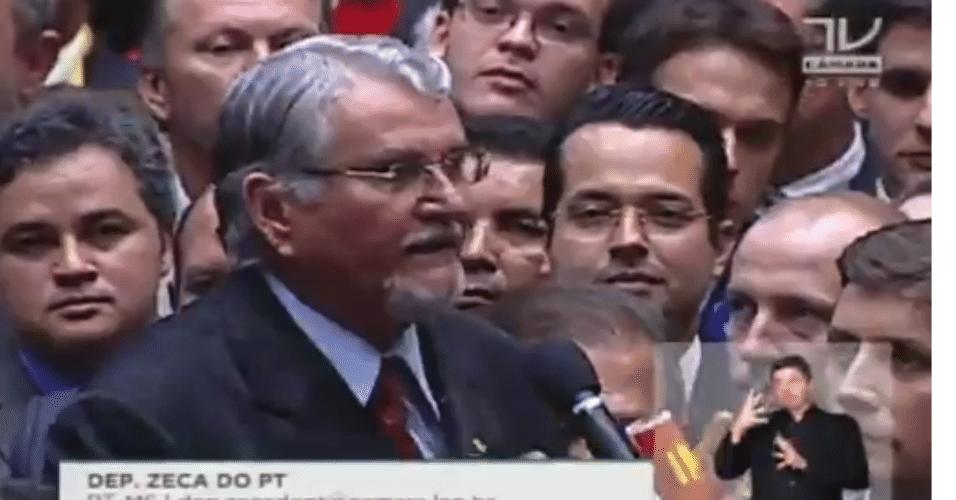 17.abr.2016 - Na bancada da Câmara, o deputado Zeca do PT (PT-MS) anunciou seu voto contra o impeachment da presidente Dilma (PT)