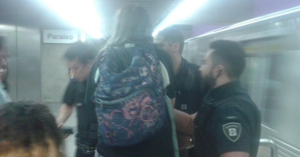 20.abr.2016 - Seguranças do Metrô de SP abordaram estudantes que seguiam para um ato na zona norte de SP. A confusão correu na linha 2-verde no percurso entre as estações Consolação e Paraíso. O grupo seguia para um protesto contra a falta de merenda nas Etecs (Escolas Técnicas Estaduais de São Paulo)