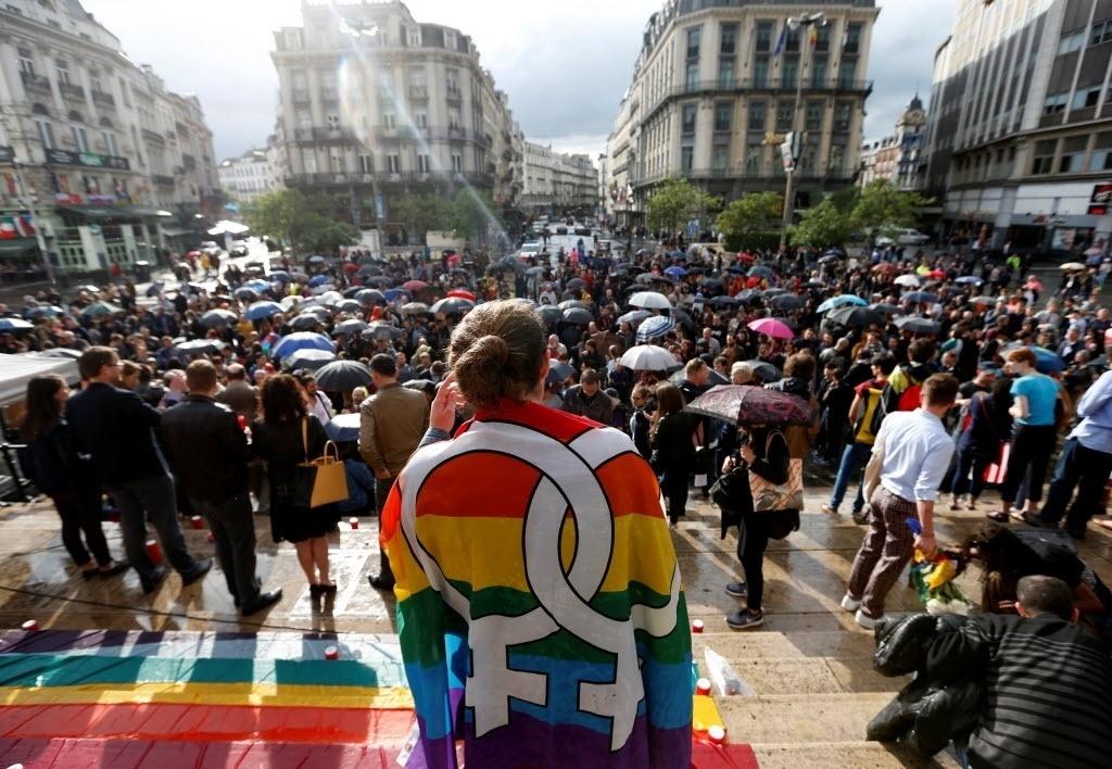 14.jun.2016 - Grupo se une no centro do Bruxelas, na Bélgica, para participar de uma vigília em memória às vítimas do tiroteio em massa na boate gay em Orlando, nos EUA
