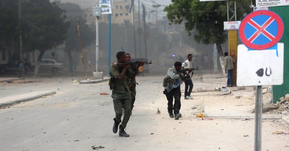 25.jun.2016 - Soldados somalis assumem posições durante tiroteio após ataque contra o hotel Nasa-Hablod, em Mogadício, na Somália