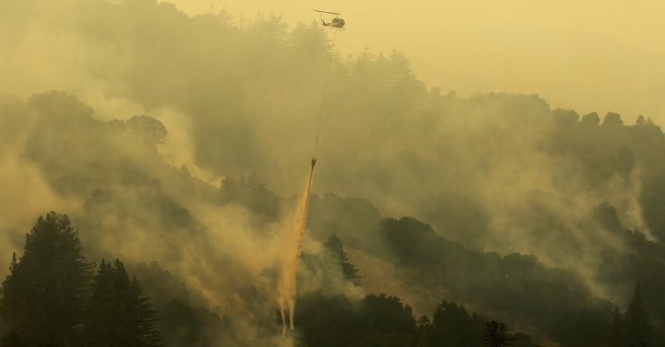30.jul.2016 - Helicóptero é utilizado no combate a incêndio florestal nesta sexta-feira (29) na região de Carmel Valley, na Califórnia (EUA). O fogo já destruiu mais de 40 casas, forçou a saída de centenas de moradores de suas residências e fechou parques no auge da temporada de verão. Esforços de 4.200 bombeiros foram dificultados pelas condições climáticas ruins, a umidade muito baixa e temperaturas cada vez maiores, disseram autoridades