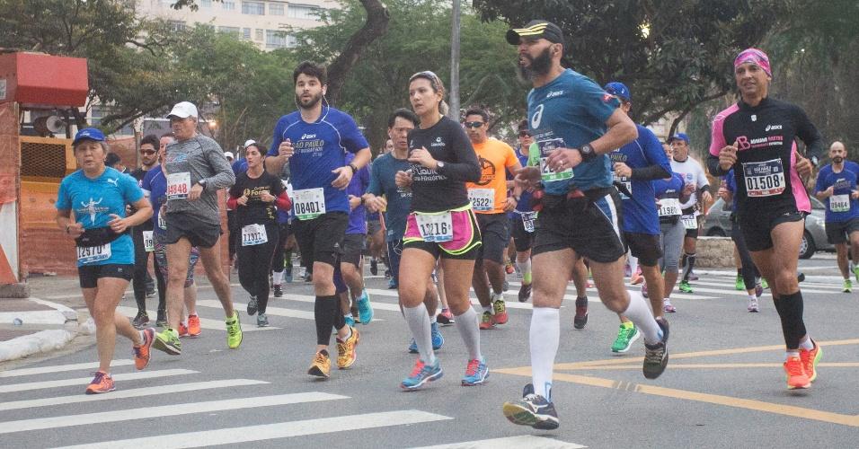 31.jul.2016 - Atletas participam da maratona Asics São Paulo, que teve largada na praça Charles Miller, em frente ao estádio do Pacaembu, com término no Jockey Club de São Paulo, passando pela região central da capital paulista