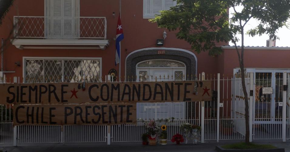 """27.nov.2016 - Na embaixada de Cuba em São Paulo, um tributo à morte de Fidel Castro. """"Sempre comandante. Chile presente"""", está inscrito na faixa em frente à casa"""