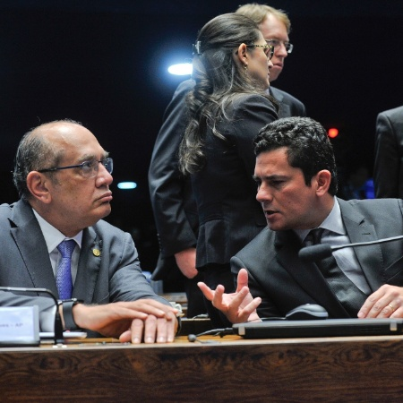 Gilmar Mendes (esq.) conversa com o juiz Sérgio Moro em audiência no Senado, em 2016 - Jane de Araújo/Agência Senado