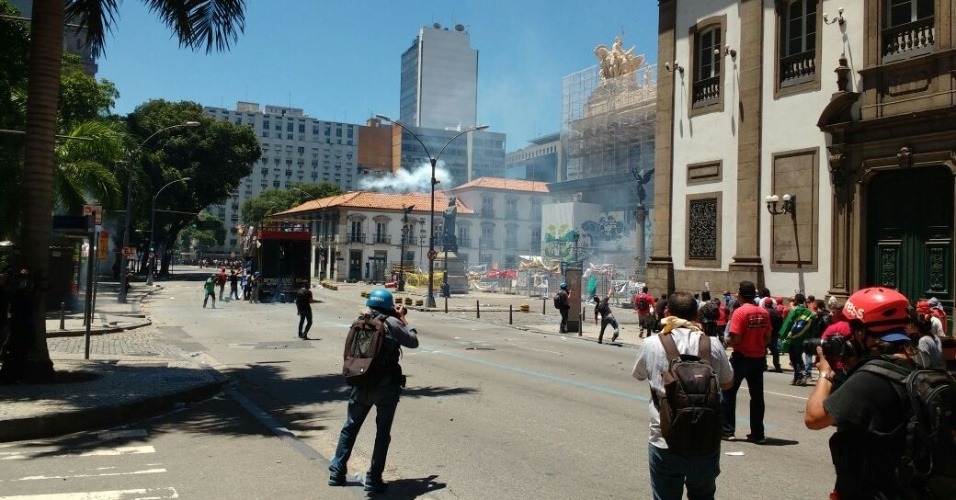 6.dez.2016 - Manifestantes que tentavam invadir a Alerj pelo (Assembleia Legislativa do Estado do Rio de Janeiro) entram em confronto com policiais militares, que jogam bombas de gás de pimenta e de efeito moral