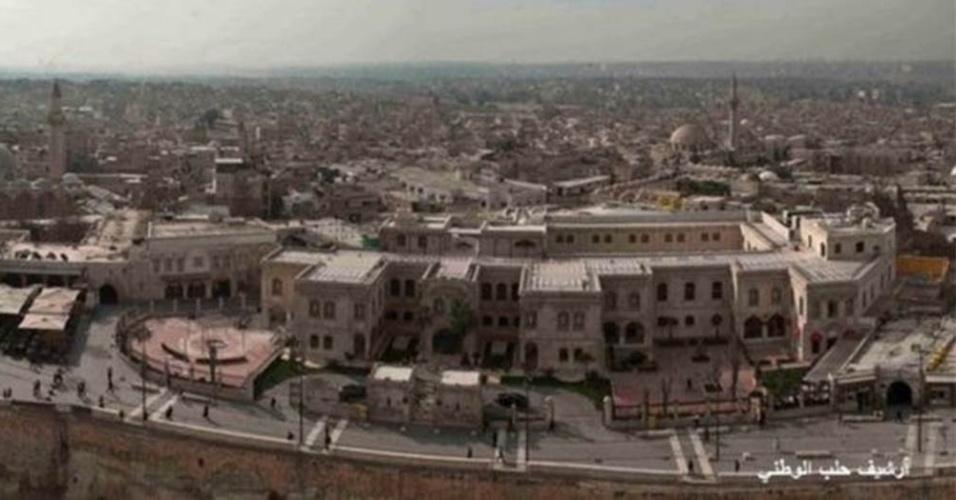 Toldos dos cafés podem ser observados à esquerda. Hotel Carlton, alvo de ataque à bomba, aparece à direita