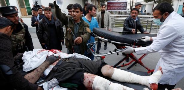 Homem ferido é levado em ambulância após atentado em Cabul, no Afeganistão