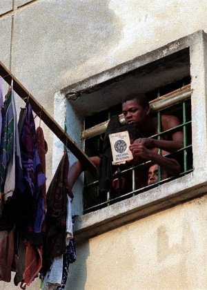 Preso do pavilhão 9 da Casa de Detenção do Carandiru mostra livro sobre direitos humanos em 5 de outubro de 1992, quatro dias após intervenção da PM para conter uma rebelião; 111 presos morreram