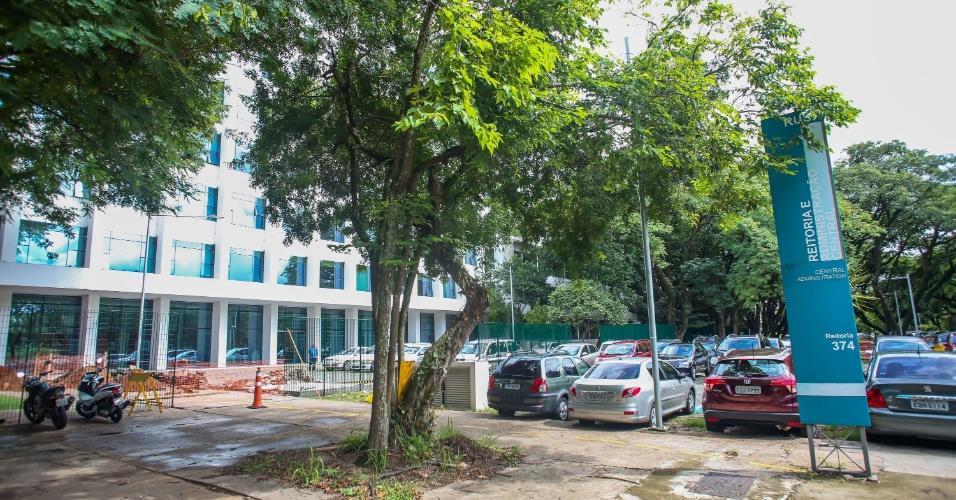 Fachada da reitoria da USP, no campus Butantã. Mais de R$ 631 mil estão sendo gastos pela USP em obras de reforma na área externa do prédio