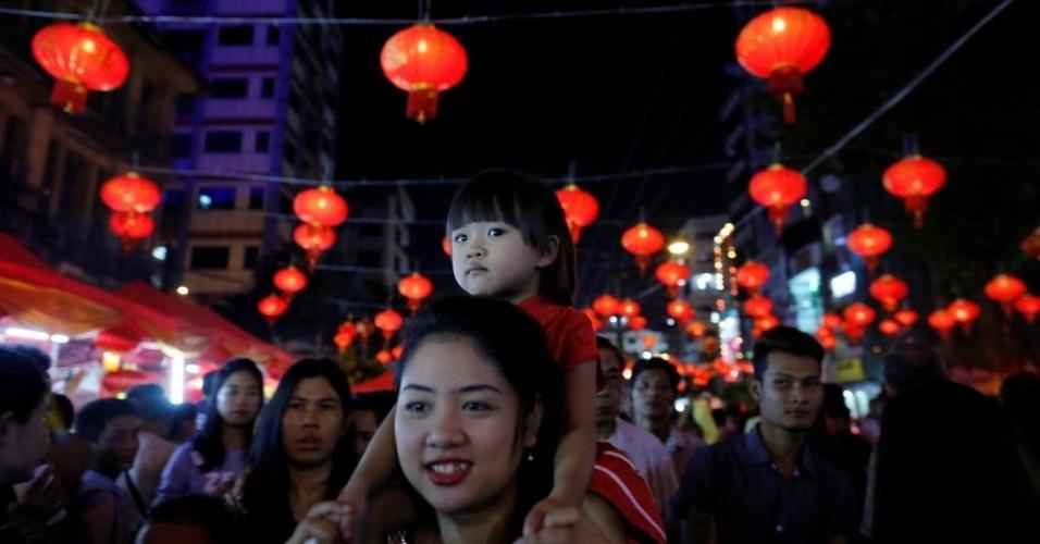 28.jan.2017 - Mãe e filha comemoram a chegada do Ano Novo Chinês em Yangun, Mianmar, neste sábado