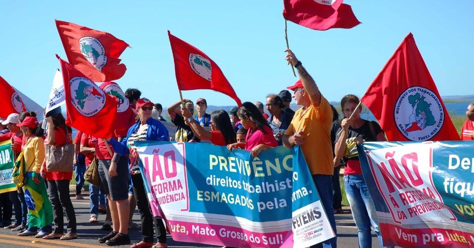 31.mar.2017 - Manifestantes bloquearam a rodovia BR-267, na divisa do Mato Grosso do Sul com São Paulo, na altura do posto fiscal da cidade de Bataguassu. O protesto contra a reforma da Previdência interditou a via nos dois sentidos por cerca de meia hora. Depois, os manifestantes passaram a liberar o tráfego de veículos esporadicamente