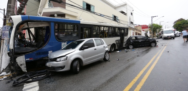 Motorista teria perdido o controle do coletivo; feridos foram levados a hospitais da região
