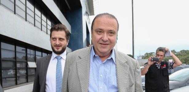 O ex-tesoureiro do PP João Cláudio Genu deixa a sede da Superintendência da Polícia Federal em Curitiba nesta quarta-feira (26). Ele conseguiu um habeas-corpus no Supremo Tribunal Federal