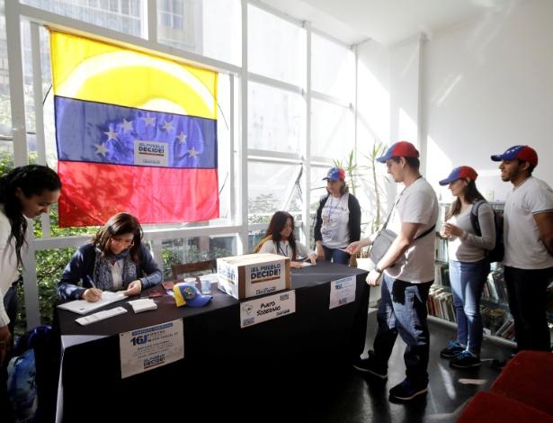 16.jul.2017 - Venezuelanos esperam para votar no plebiscito da oposição contra o governo de Nicolás Maduro, em São Paulo