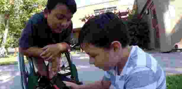 Paul Burnett criou campanha para comprar nova cadeira de rodas para o amigo - Reprodução