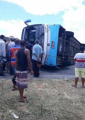 Ônibus que tombou em estrada e deixou 5 mortos em Piritiba (BA)