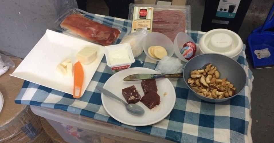 Entre os alimentos apreendidos pelo MP-RJ nas celas de Cabral, Rosinha Garotinho e Adriana Ancelmo, havia castanhas, goiabada, queijos finos e vários tipos de frios