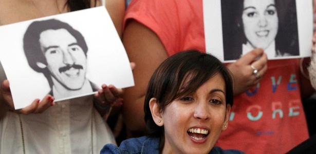 Adriana deu uma emotiva coletiva de imprensa em Buenos Aires contando ter encontrado a família de quem foi retirada em 1977 por agentes da ditadura argentina