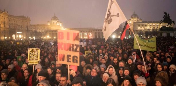 Manifestantes saem às ruas de Viena, na Áustria, contra o que consideram uma guinada à ultradireita no governo do país