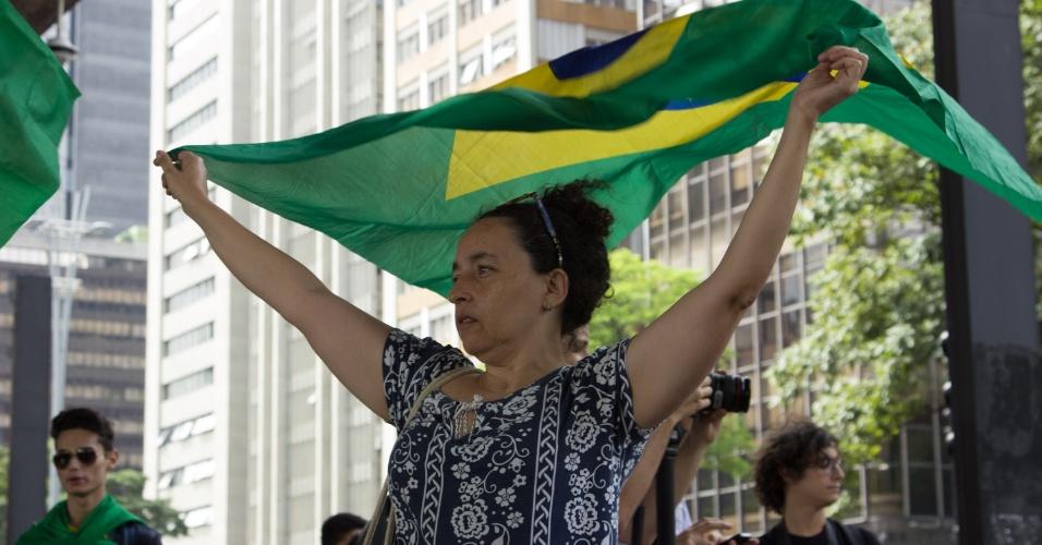 Manifestantes começam a se reunir no vão livre do MASP, na Avenida Paulista, em São Paulo, para acompanhar ao julgamento do ex-presidente Lula no TRF4, em Porto Alegre; grupo se veste de verde e amarelo para defender condenação