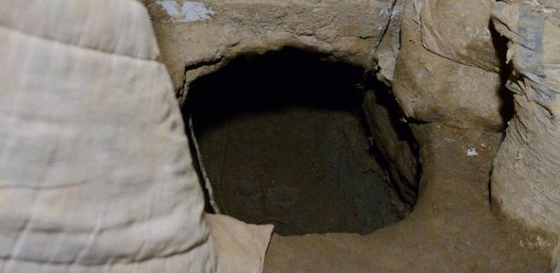 Túnel feito por criminosos na tentativa de roubar cofre da Transpass