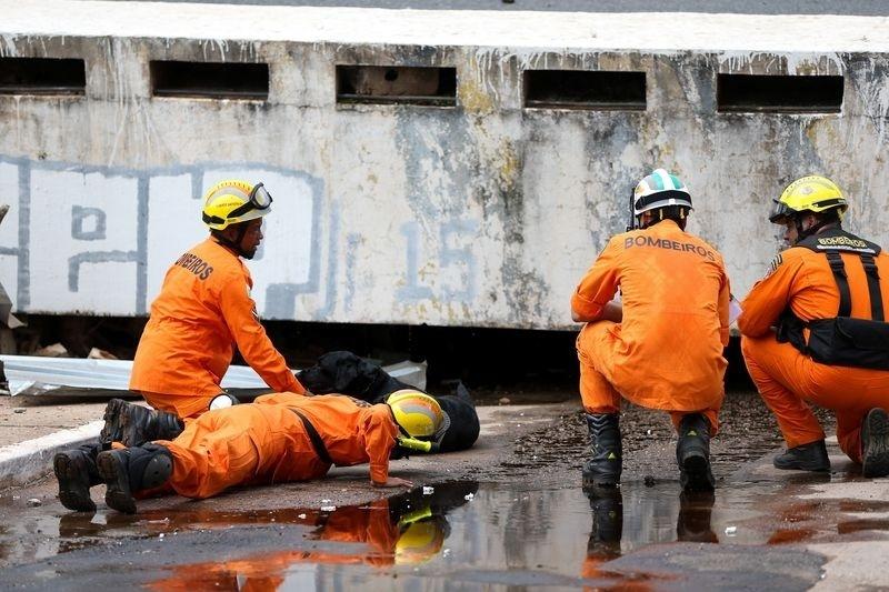 Equipes do Corpo de Bombeiros fazem varredura no local do acidente