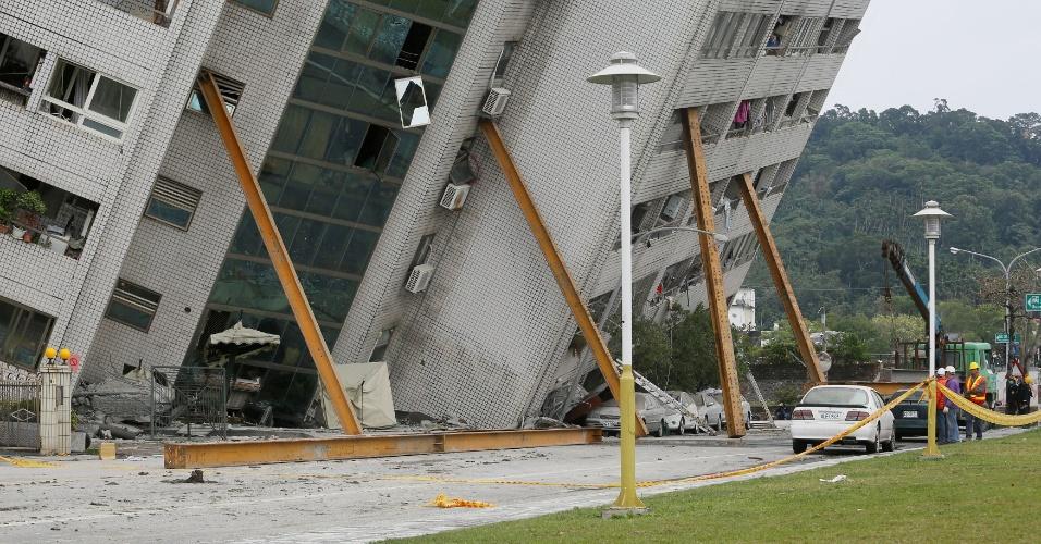 7.fev.2018 - Bombeiros analisam prédio danificado por terremoto que atingiu Hualien, em Taiwan