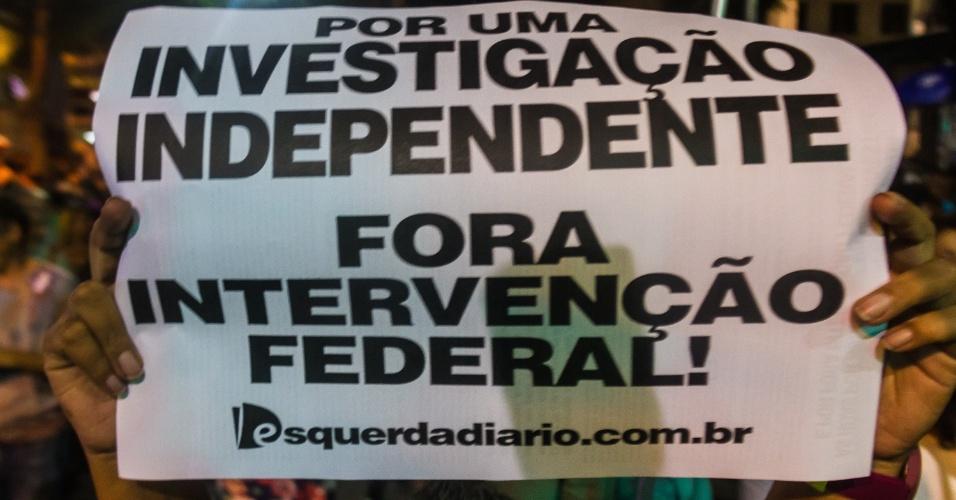 20.mar.2018 Manifestantes se posicionam contrários à intervenção federal no Rio de Janeiro durante ato na Candelária, no centro da capital, que marca o sétimo dia da morte da vereadora Marielle Franco (PSOL) e do seu motorista Anderson Gomes