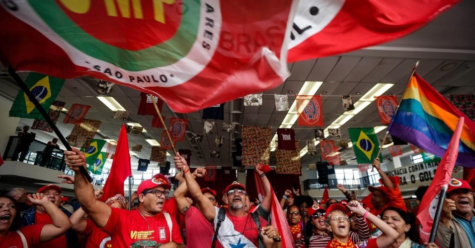 6.abr.2018 - Apoiadores do ex-presidente Luiz Inácio Lula da Silva (PT) agitam bandeiras dentro da sede do Sindicato dos Metalúrgicos do ABC, em São Bernardo do Campo (SP)