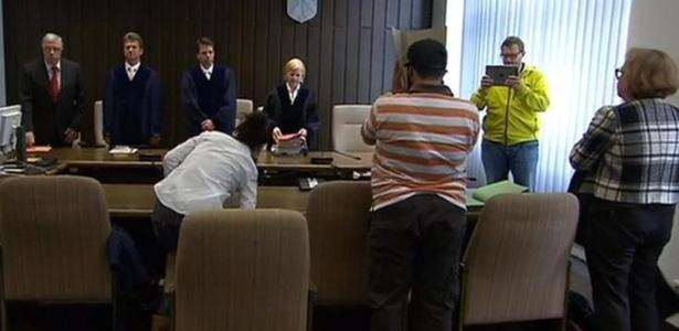 Ex-guarda-costas de Osama bin Laden, Sami A., de camiseta listrada, em uma de suas várias audiências judiciais - WDR/Reprodução