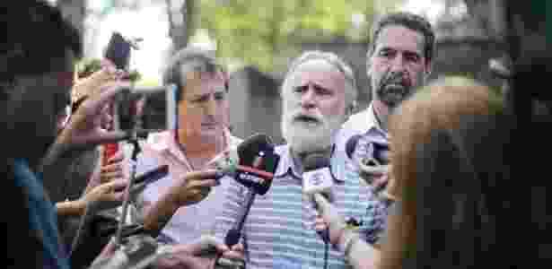 O presidente do PT-PR (ao centro), Dr. Rosinha, fala à imprensa após se reunir com representantes da Secretaria de Segurança do Paraná  - Joka Madruga/Agência PT/Divulgação - Joka Madruga/Agência PT/Divulgação