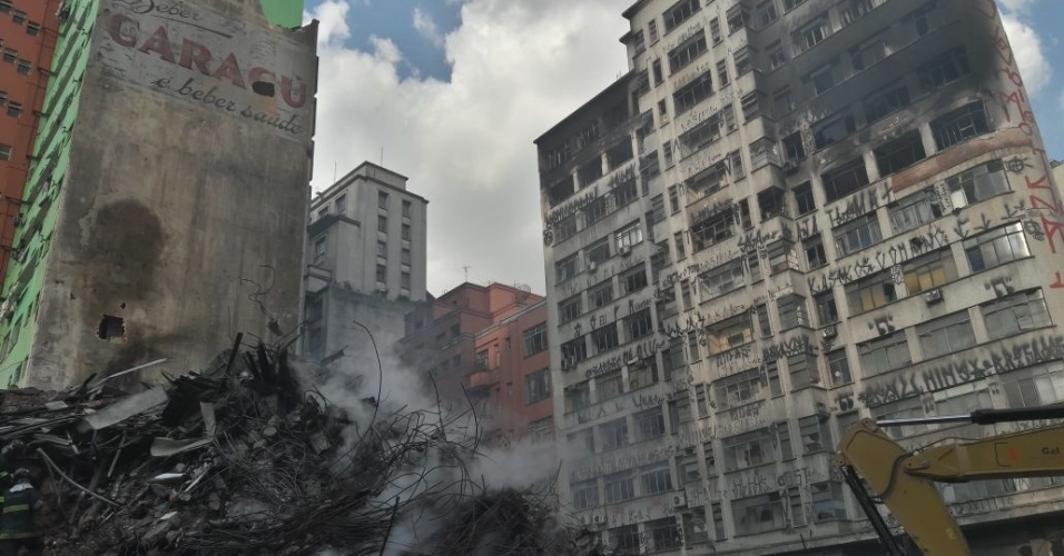 3.mai.2018 - Á direita, o prédio atingido pelas chamas do edícifio Wilton Paes de Almeida, que desabou na terça-feira (1º). Segundo o Corpo de Bombeiros, ele tem risco iminente de queda