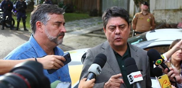 8.jul.2018 - Deputados Paulo Pimenta (e) e Wadih Damous falam com a imprensa em Curitiba após decisões do TRF-4 sobre a liberdade do ex-presidente Lula