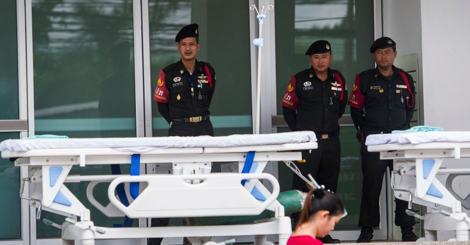 8.jul.2018 - Policiais tailandeses aguardam, ao lado de macas, em frente ao hospital em Chiang Rai que receberá os garotos que devem ser resgatados em operação iniciada na manhã deste domingo, no horário local
