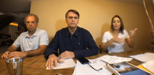 Paulo Guedes (à esq.) participou de transmissão de Bolsonaro no domingo