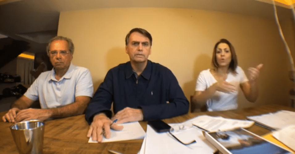 O candidato Jair Bolsonaro (PSL) fez uma live de sua casa para se pronunciar sobre o segundo turno contra Fernando Haddad