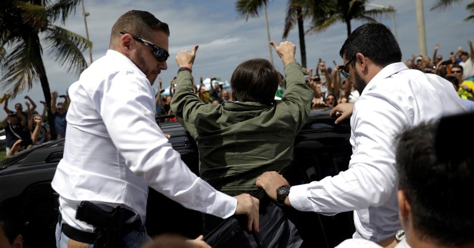 Candidato à Presidência Jair Bolsonaro (PSL) acena para apoiadores no Rio de Janeiro, após votar