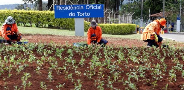 Trabalhadores plantam mudas no canteiro da Granja do Torto, em Brasília - Ernesto Rodrigues/Estadão Conteúdo
