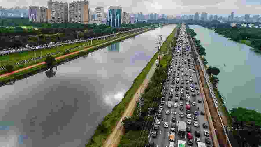 21.nov.2018 - O trânsito complicado no sentido Castelo Branco (esq.), onde há a interdição do viaduto, também tem reflexos no sentido Interlagos na manhã desta quarta-feira (21) - Edson Lopes Jr./UOL